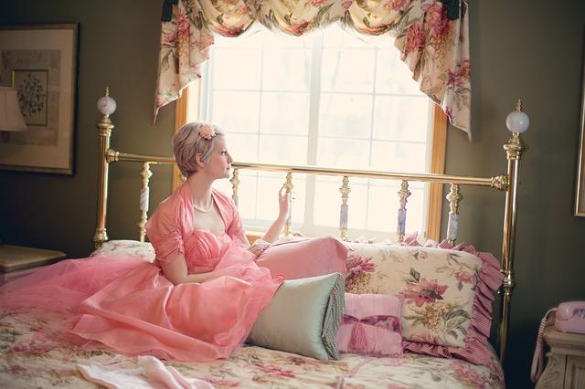 寝室は寝るだけの場所じゃない!風水ではベッドを一工夫するだけで疲れが溜まりやすい体質が改善される?