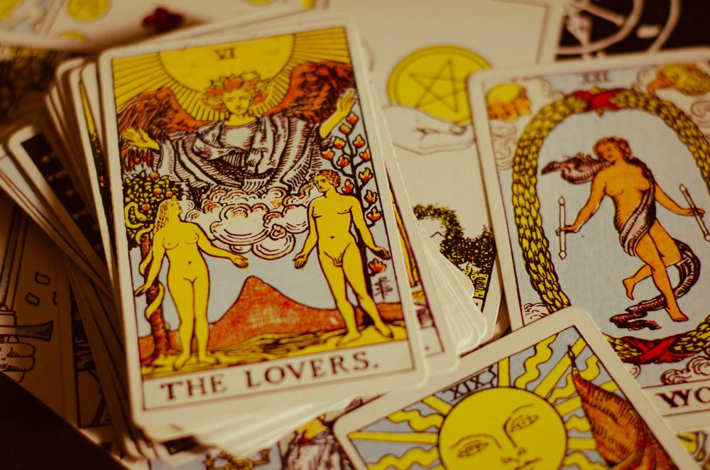 タロットの恋人のカードで、正位置と逆位置それぞれが意味している恋の暗示とは?