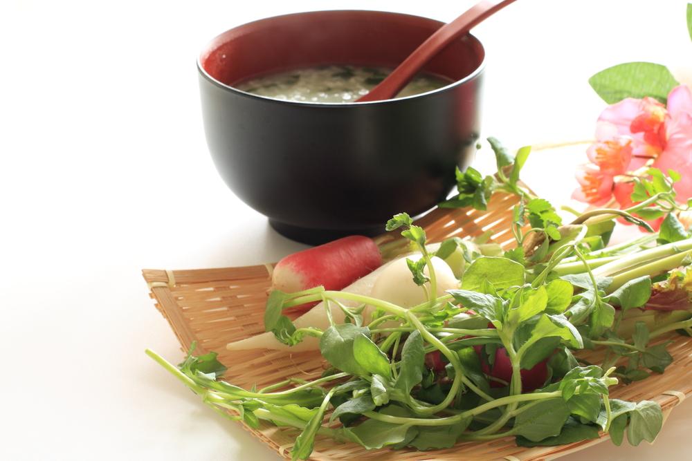 七草粥は美肌効果があります。春の七草占いは自分のタイプがわかります。両方楽しんでみるのはいかがでしょう