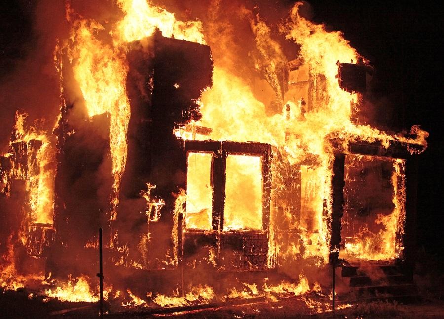 そんなに悪い夢ではない!?夢占いから読み取る自宅や近所の火事から逃げる夢について